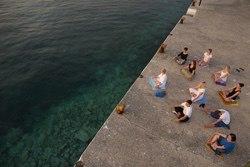 Lekce jógy na pláži v Řecku